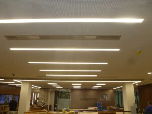 Akustikdecke mit Spotlights