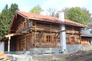 Holzhaus mit Kamin