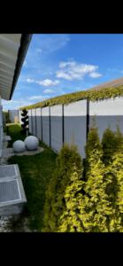 Zaun aus WPC-Beplankung und Aluminium